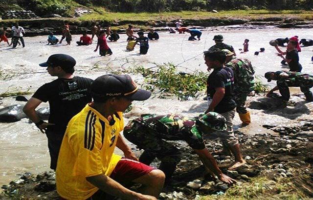 TNI Bersama Warga Swadaya Normalisasi Sungai Pedes
