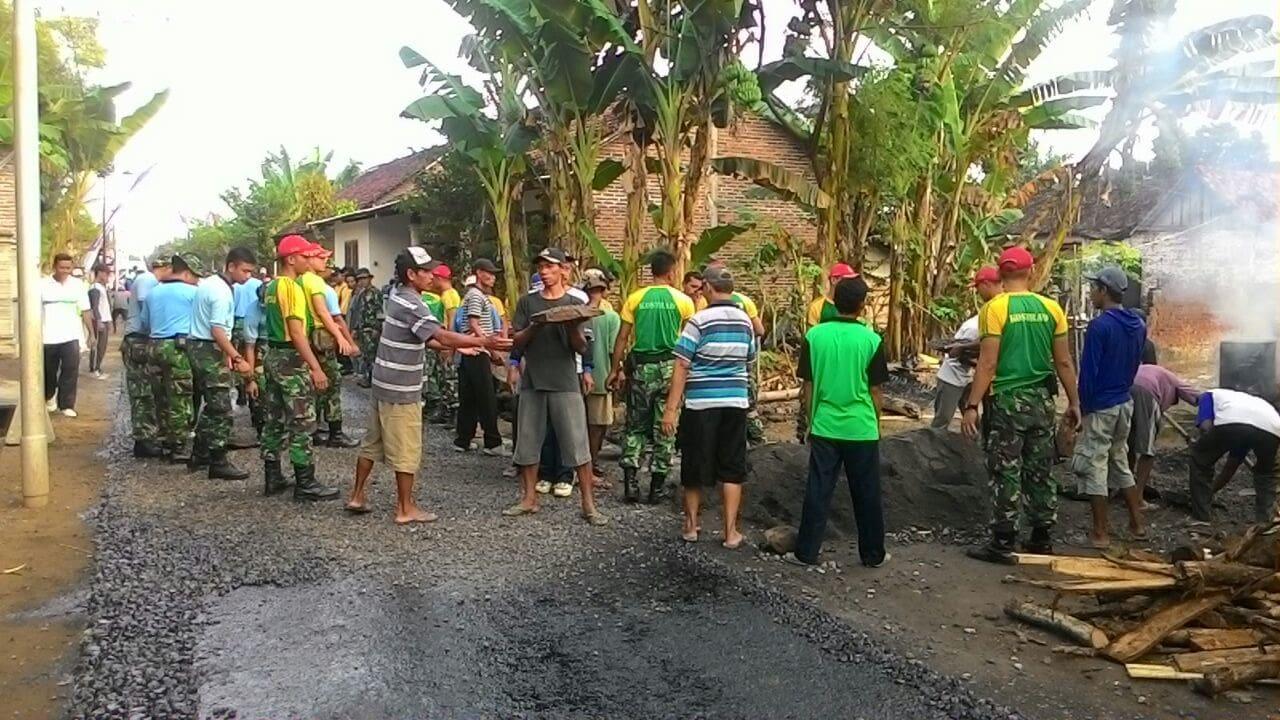 Peduli Ekonomi Masyarakat, TNI Karya Bakti Aspal Jalan