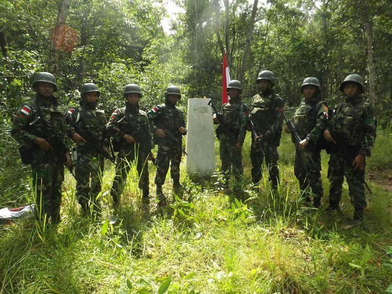 Satgas Kostrad Patroli Perbatasan Periksa Patok Tapal Batas.