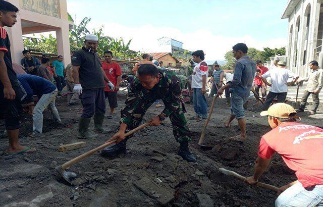 Karya Bhakti Membentuk Kebersamaan TNI Dengan Masyarakat