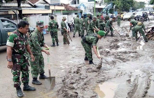 Karya Bakti TNI Bantu Korban Banjir Bima