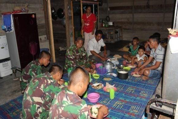 Wujudkan Kemanunggalan, Prajurit TNI dan Masyarakat Makan Malam Bersama