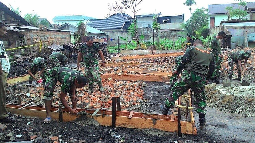 Respon Cepat TNI Bangun Kembali Rumah Warga Korban Kebakaran