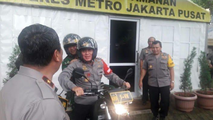 Kapolda Metro dan Pangdam Jaya Berboncengan Motor Pantau Aksi 313