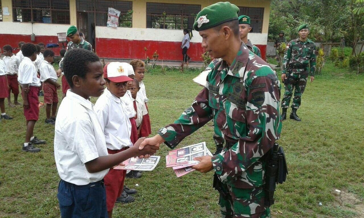 Peduli Dunia Pendidikan, TNI Bagikan Buku Tulis Kepada Anak-anak Perbatasan