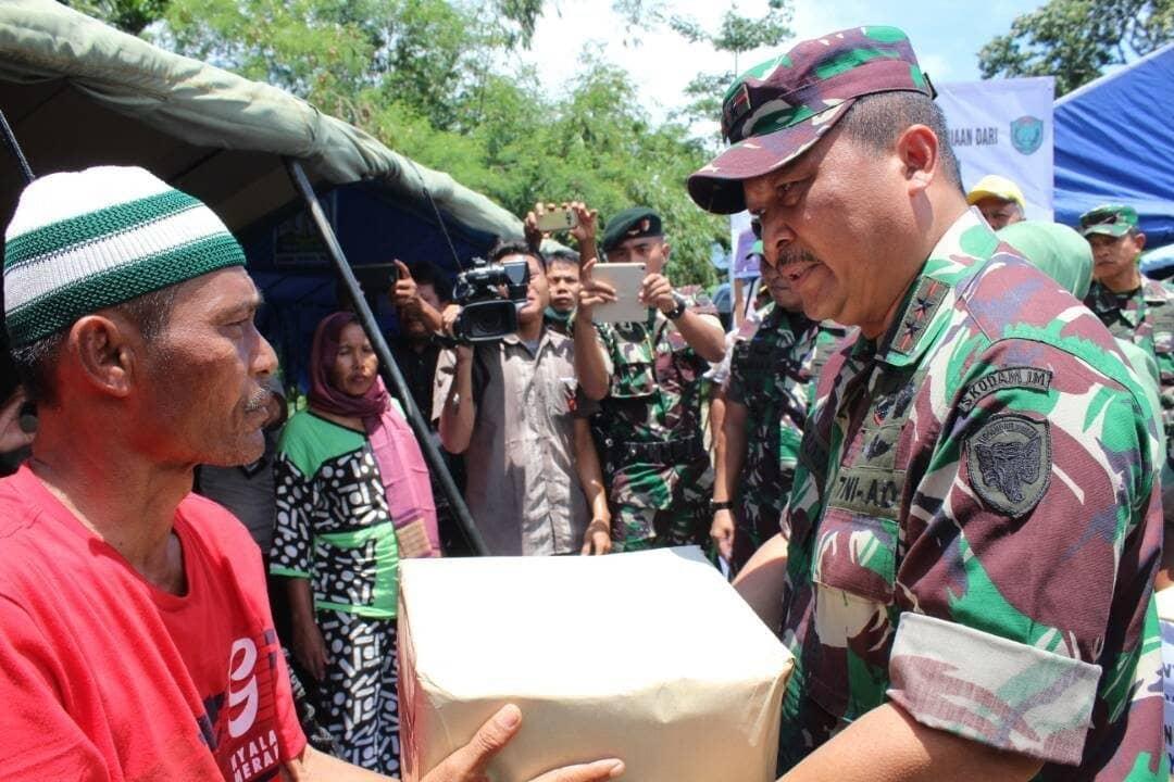 Wujud Kemanunggalan TNI dengan Rakyat, Pangdam IM Serahkan Bantuan