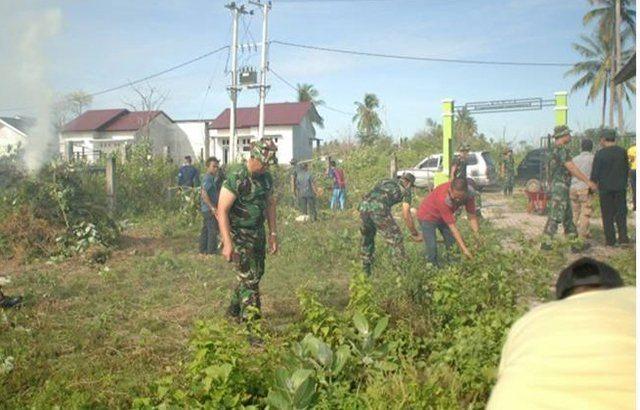 Prajurit Topografi IM Bersama Masyarakat Bersihkan Pemakaman Umum