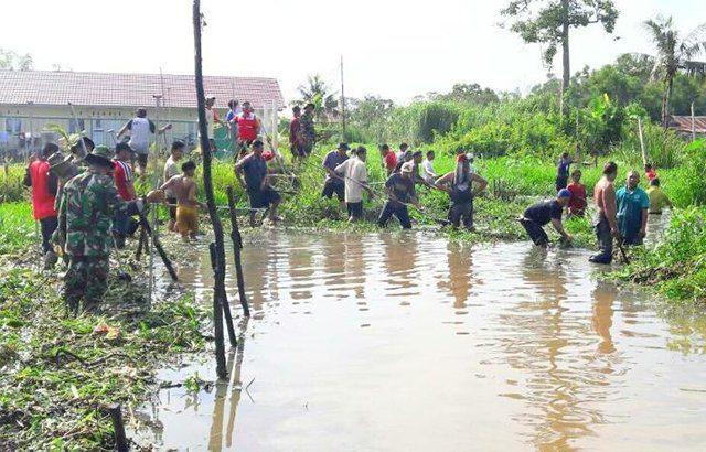 TMMD Bersama Masyarakat Gotong Royong Bersihkan Sungai