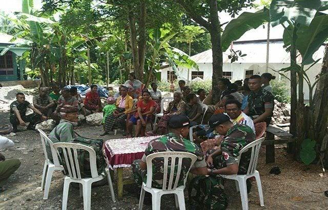 Satgas Yonif Raider 712/WT Door to Door Melayani Kesehatan Warga Dusun Leomanehat.