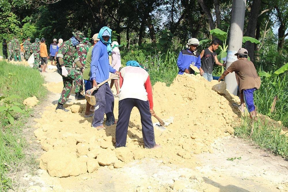 TNI Bersama Masyarakat Gotong-Royong Kejar Target Pra TMMD Lamongan