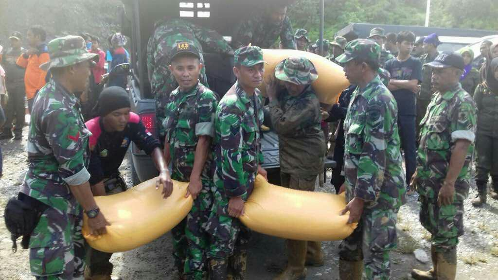 Prajurit TNI Bersama Pemda Bantu Korban Bencana Longsor Luwu Timur
