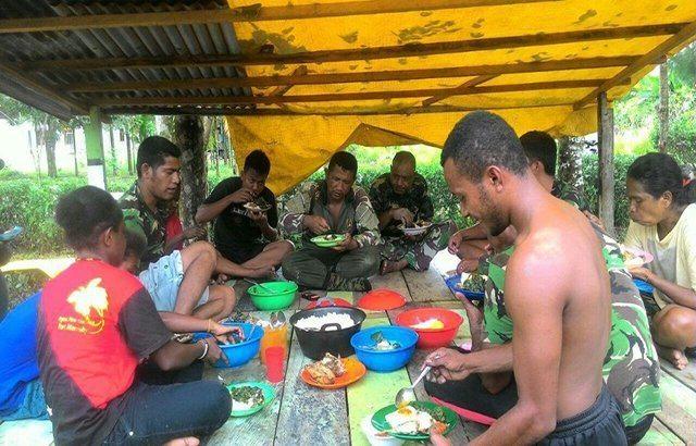 Makan Bersama Masyarakat Sebagai Sarana Komunikasi dalam Kegiatan TMMD ke-98