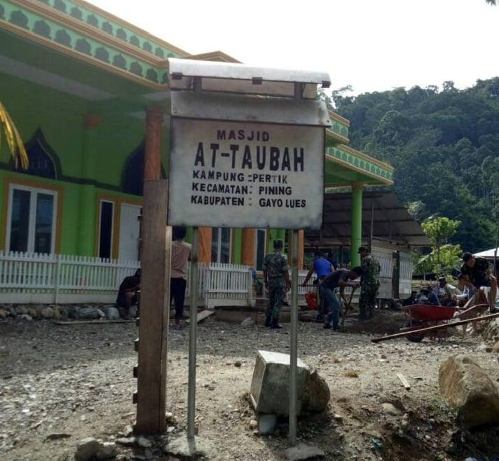 Wujudkan Kemanunggalan, TNI Bantu Pengecoran Masjid At-Taubah