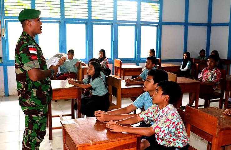 Sisi Lain Prajurit Perbatasan, Implementasi TNI Manunggal Bersama Rakyat
