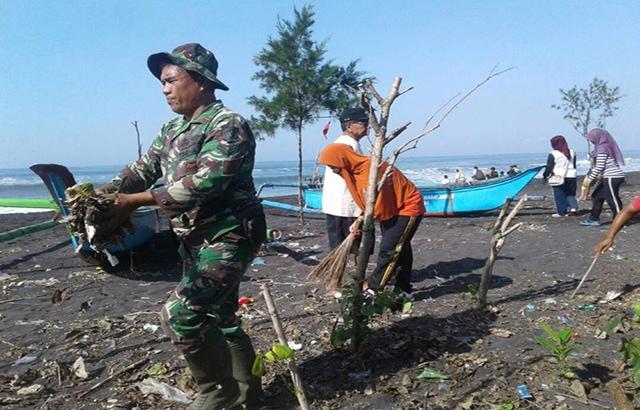 Prajurit TNI Ajak Masyarakat Jaga Kebersihan Pantai Wisata Watu Pecak