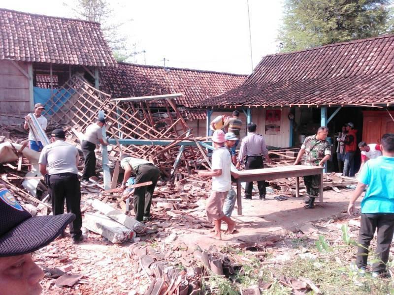 TNI, Polri dan Warga Bantu Bersihkan Rumah Roboh