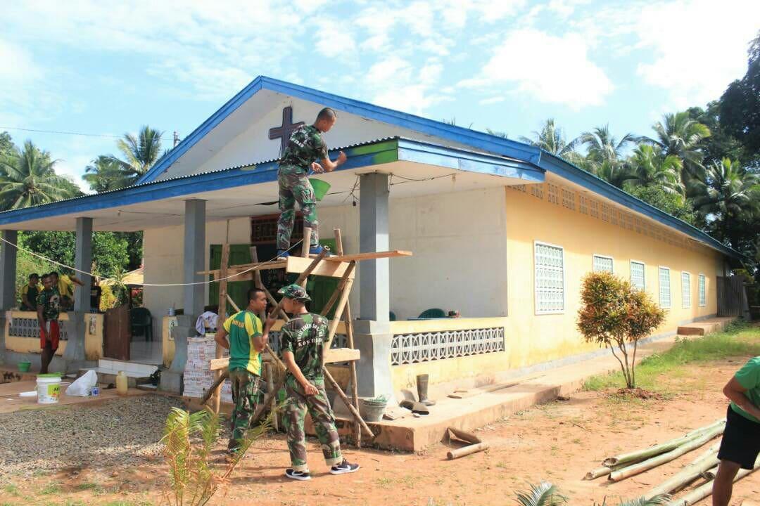 Warga Apresiasi TNI Mengecat Gereja di Kampung Erambu