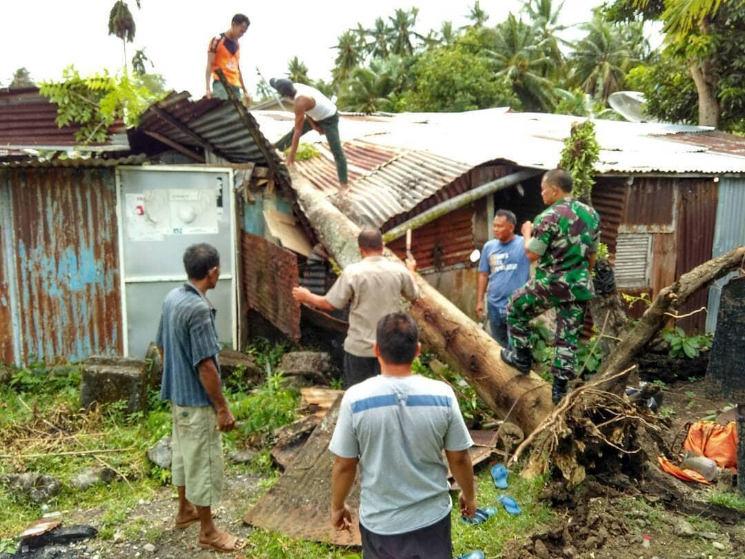 Peduli Kesulitan Rakyat, TNI dan Masyarakat Angkat Pohon yang Timpa Rumah