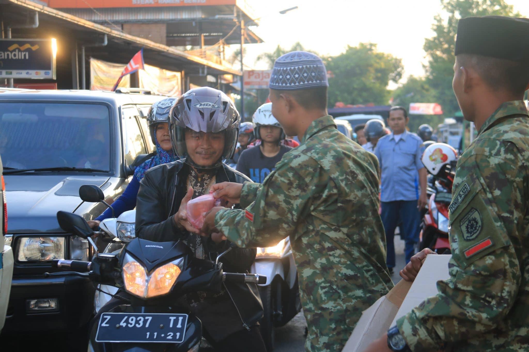 Masyarakat Apresiasi Prajurit Yonif Raider 323/Kostrad Bagi Takjil Gratis