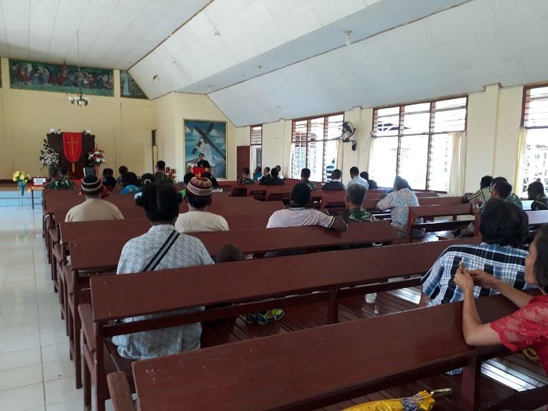 Prajurit TNI Laksanakan Pengobatan Massal dan Karya Bakti di Gereja Efata Keerom