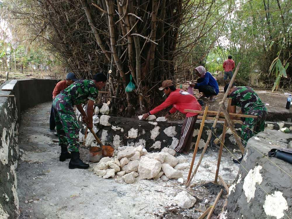 Wujudkan Swasembada Pangan, Babinsa Bantu Pembangunan Saluran Irigasi