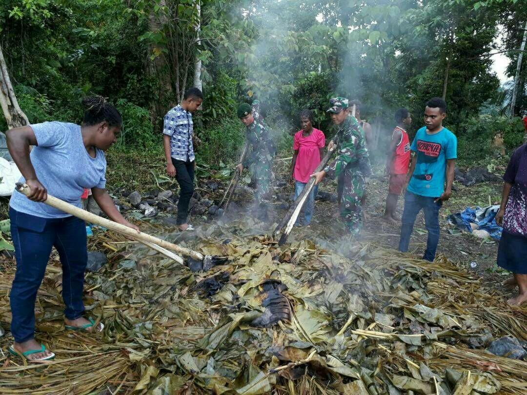 Prajurit Pamtas 432/WJS Ikut Bakar Batu Bersama Masyarakat Perbatasan