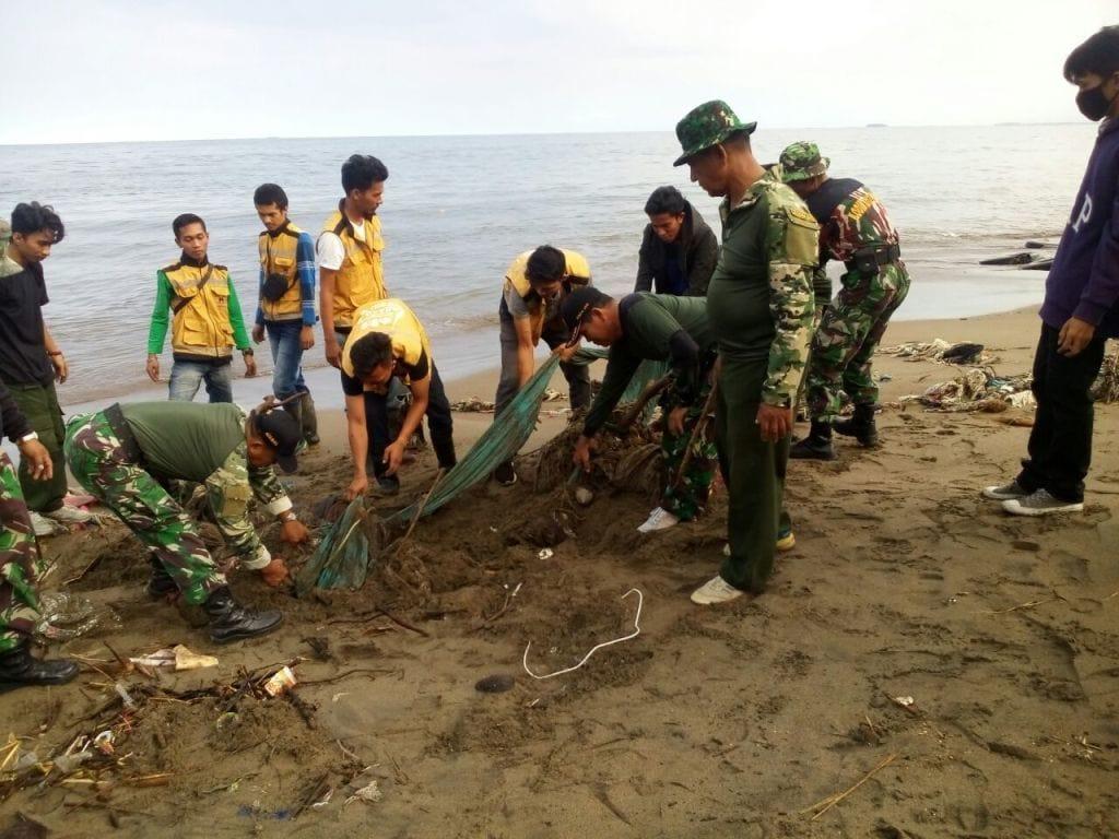 Kodim 0312/Padang Karya Bakti Bersihkan Areal Monumen Merpati Perdamaian