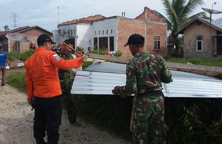 TNI Perbaikan Rumah Warga Akibat Puting Beliung di Langsa Barat