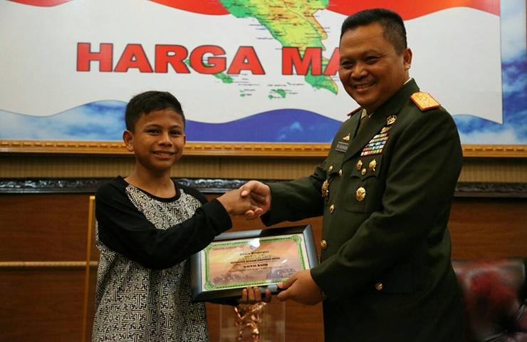 TNI Apresiasi Bocah Penemu Energi Listrik dari Pohon Kedondong Pagar