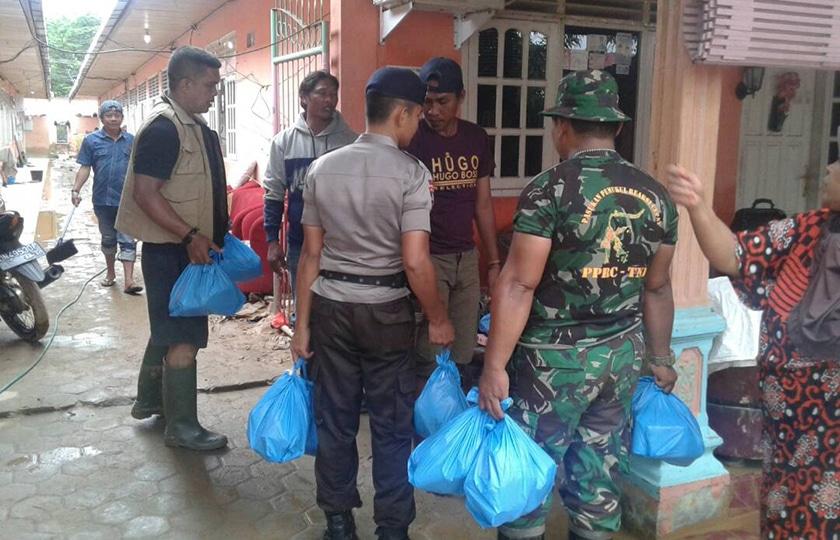TNI - Polri Bersinergi Bantu Korban Banjir Toli-Toli