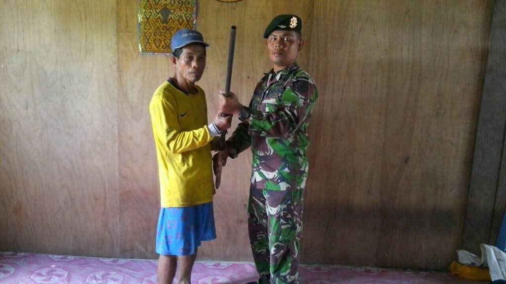 Berkat Penyuluhan Hukum, Satgas TNI Peroleh Senpi Rakitan