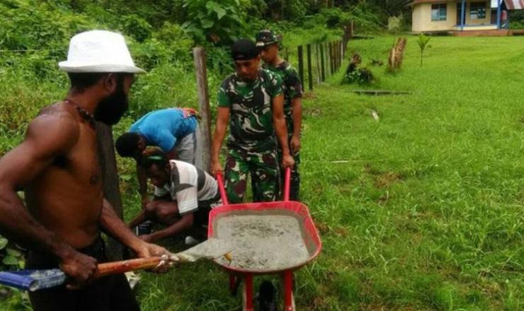 Di Tengah Puasa, Prajurit TNI Bantu Perbaiki Pagar Gereja di Papua