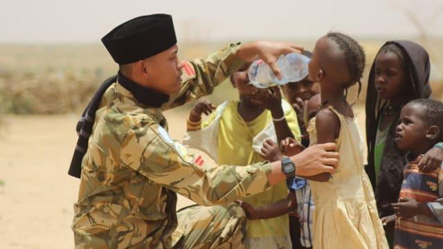 Foto Menggugah Hati, Prajurit TNI dan Anak-anak Sudan