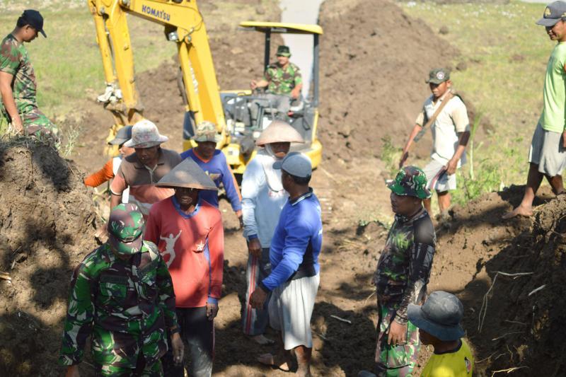 Anggota TNI Dan Polri Bersama Warga Bangun Gorong-gorong Untuk Mengairi Sawah