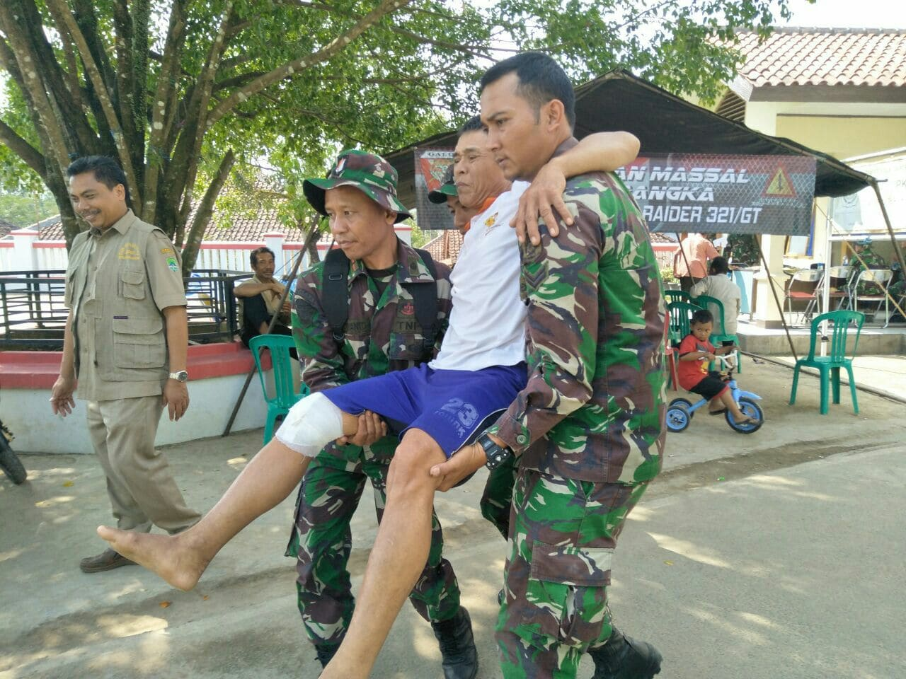 Yonif Raider 321 Kostrad Gelar Pengobatan Massal dan Karya Bakti di Kabupaten Majalengka