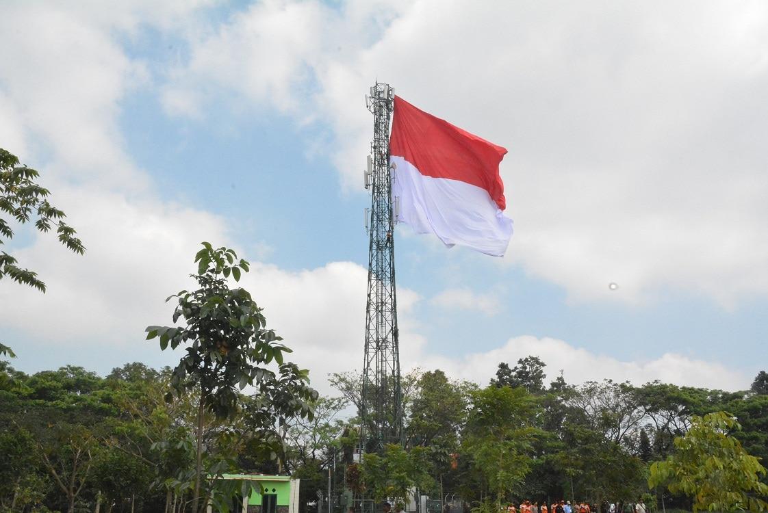 TNI Kibarkan Bendera Merah Putih Raksasa Di Kota Malang