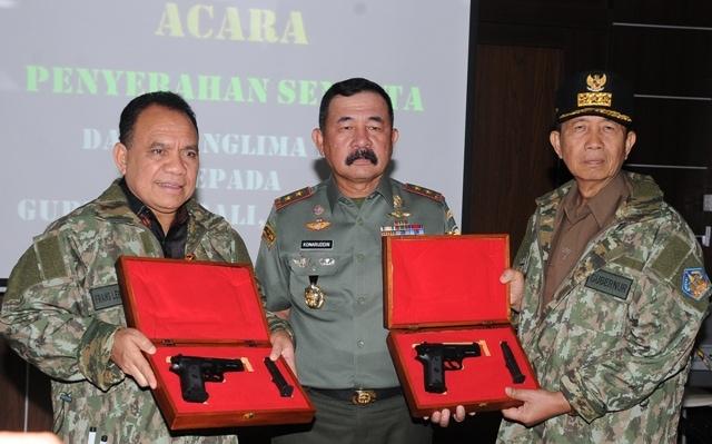 TNI Beri Gubernur Senjata Api Sebagai Bentuk Penghargaan dan Penghormatan