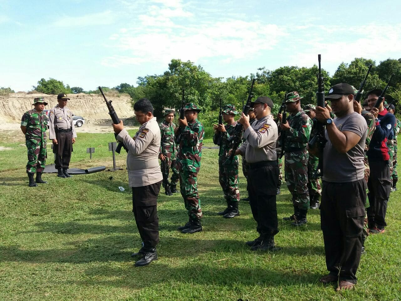 Tingkatkan Soliditas, Prajurit TNI Dan Polri Latihan Menembak Bersama