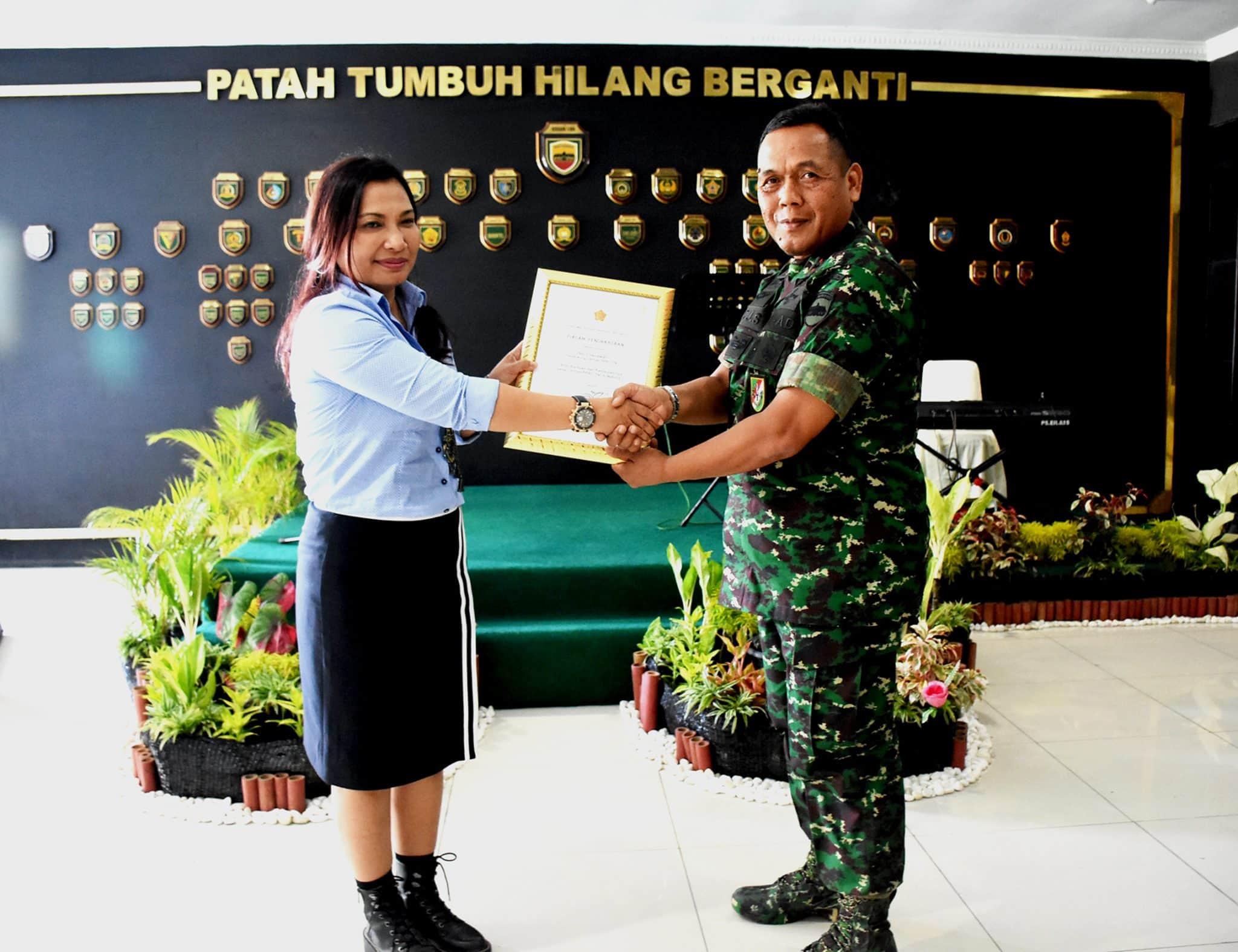 """Panglima TNI Beri Penghargaan Kepada """"Srikandi PPRC Natuna"""" Ibu Krisnawati"""