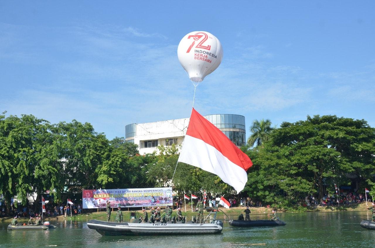 Bendera Merah Putih Muncul dari Sea Rider, Berkibar Ditarik Balon Udara