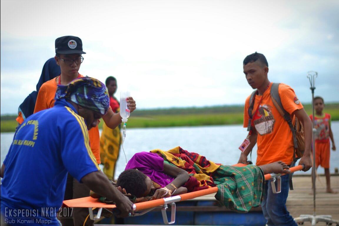 Keterbatasan Transportasi, Tim Ekpedisi Mappi Turun Tangan Evakuasi Pasien