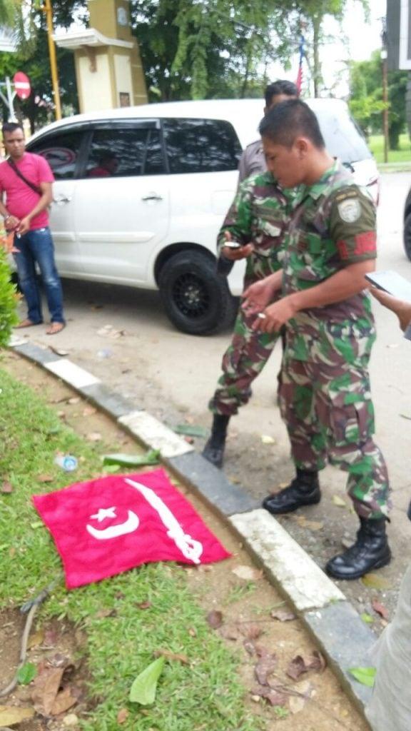 Babinsa Kodim 0104/Atim Turunkan Dan Amankan Tiga Bendera Alam Peudang Di Tamiang