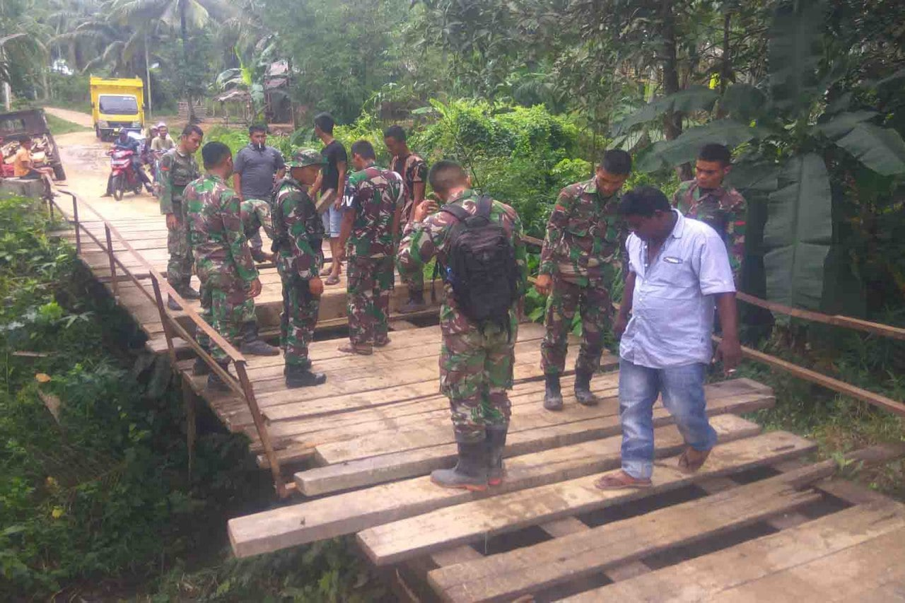TNI Perbaiki Jembatan Yang Merupakan Urat Nadi Warga di Tamiang