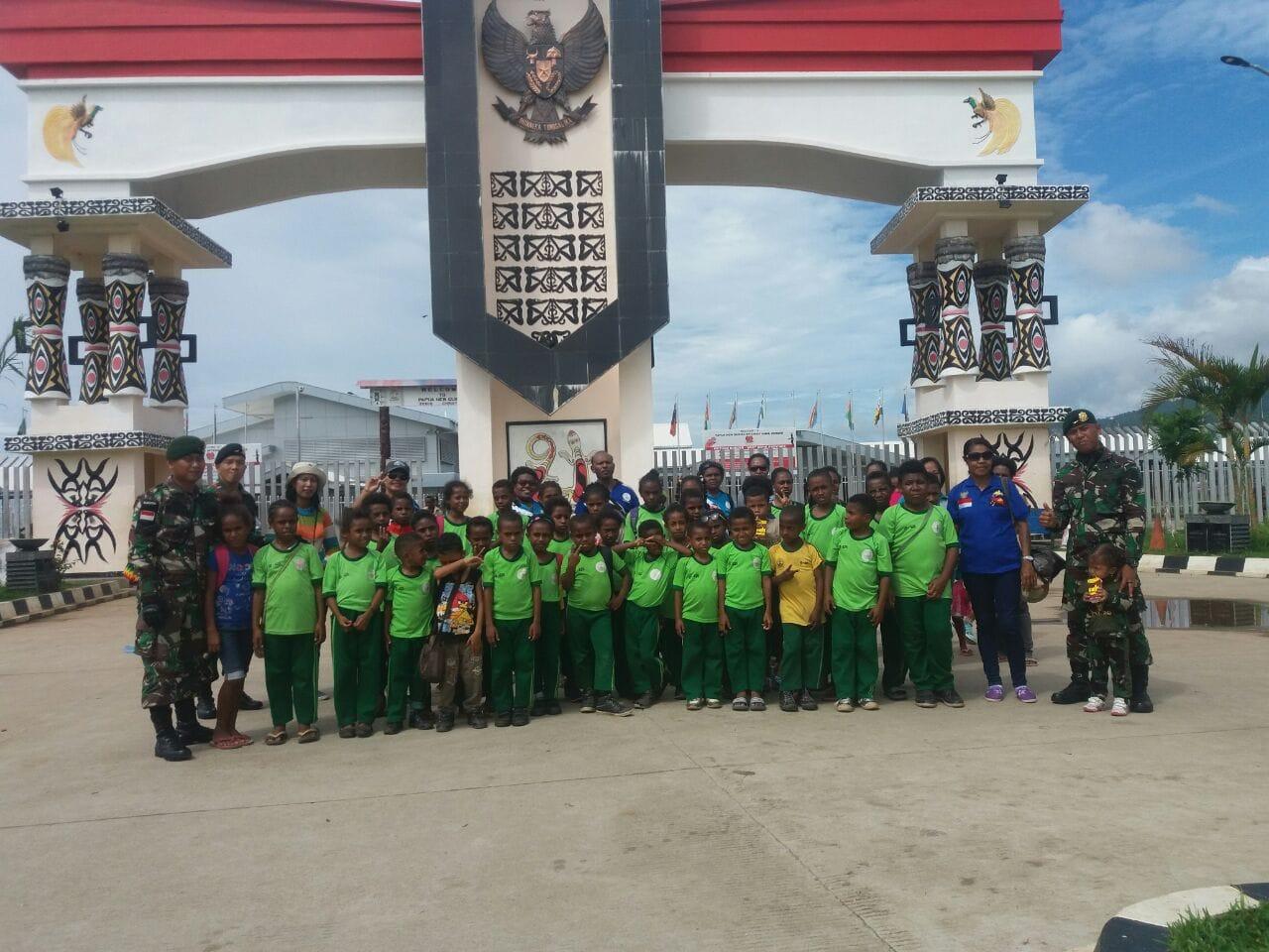 Tumbuhkan Cinta Tanah Air, Anggota TNI Ajak Anak-Anak Wisata Di Perbatasan