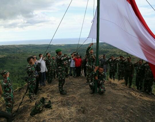 Peringati HUT RI Ke 72, Bendera Merah Putih Berkibar di Bukit Piramida