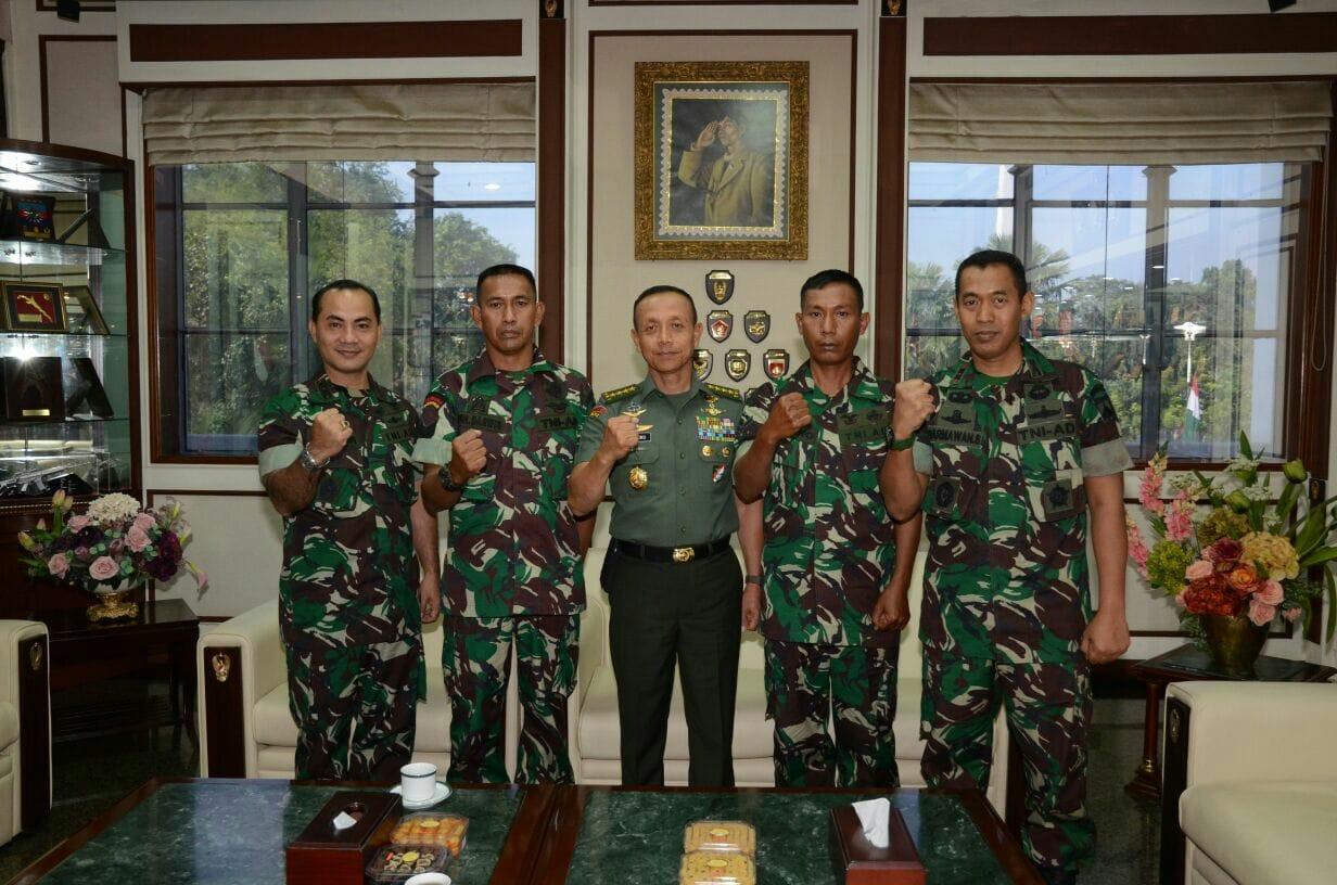 Lakukan Aksi Heroik, Dua Prajurit TNI AD Dapat Penghargaan Dari Kasad