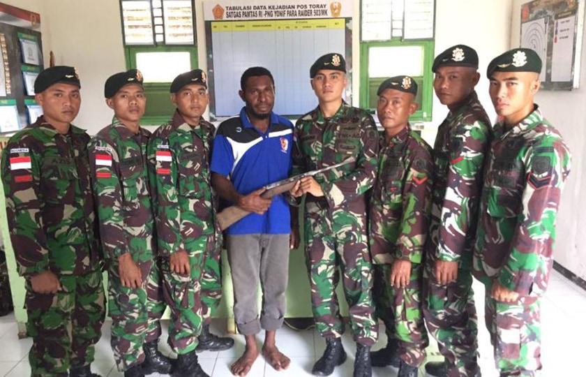 Nyaman Bersama TNI, Warga Kembali Serahkan Senjata