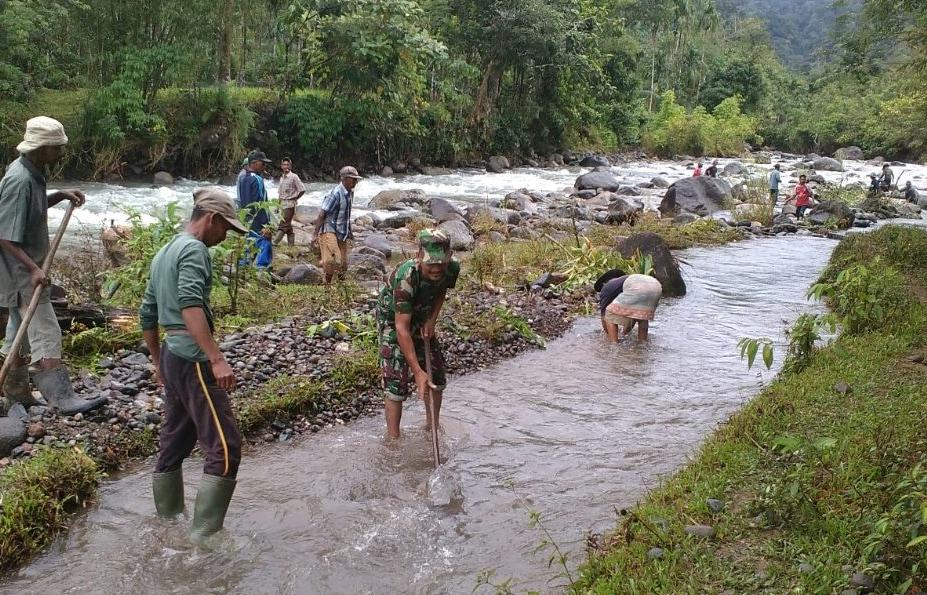 Wujudkan Kemanunggalan TNI Rakyat, Babinsa Dan Warga Desa Pucuk Bersihkan Irigasi