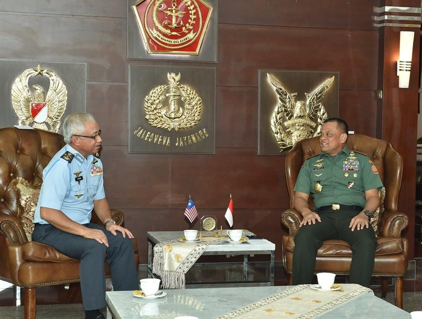 Panglima TNI Terima Courtesy Call PTUD Malaysia di Mabes TNI