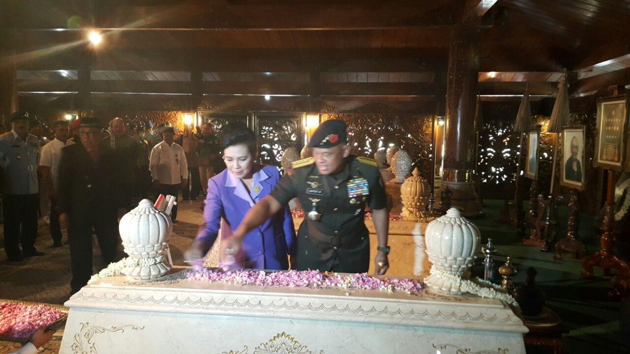 Panglima TNI Ziarah Ke Makam Soeharto di Astana Giri Bangun